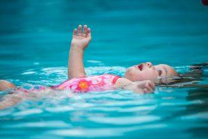 criança na água