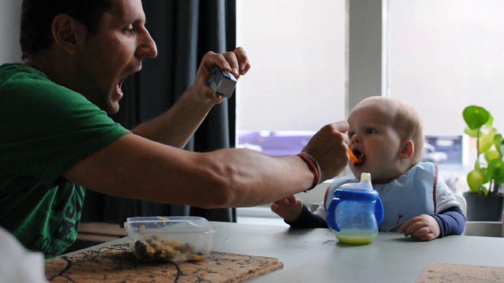 pai alimenta criança